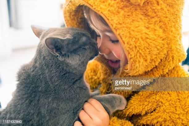 kind met kitty - alleen kinderen stockfoto's en -beelden