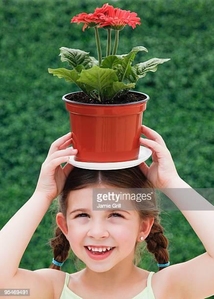 child with plant on head - jardinier humour photos et images de collection
