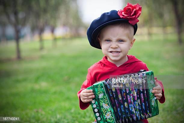 Kind mit russischen Akkordeon