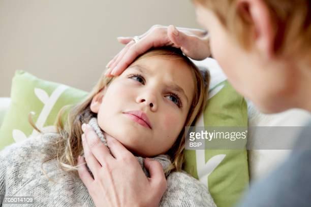 child with sore throat - faringite imagens e fotografias de stock