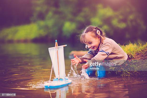 Niño con barco de juguete