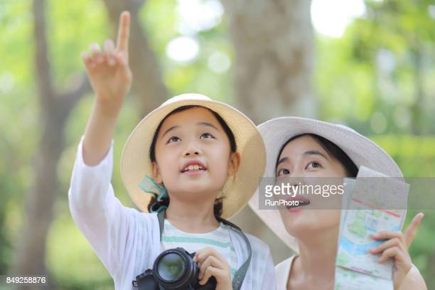 child with traveling with a mother with a camera - pointing at camera stock photos and pictures