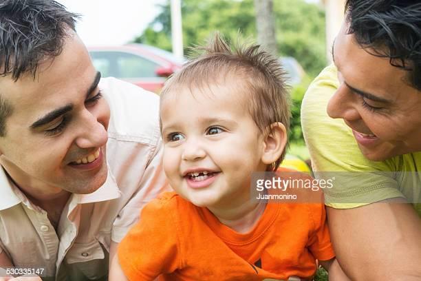 Niño con dos padres