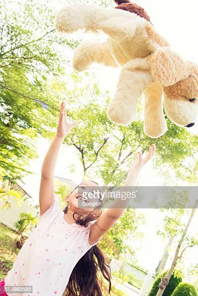 Infanzia felice giocando con un Animale imbalsamato esterno