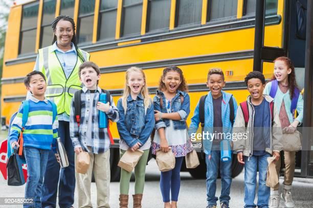Niños y cruce guardan permanente afuera del autobús escolar