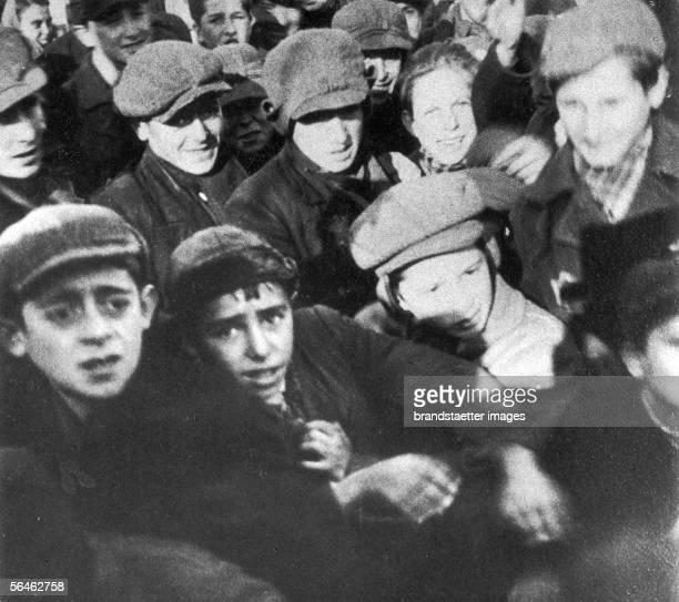 Children and young adults in the Warsaw Ghetto Photography Around 1940 [Kinder und Jugendliche im juedischen Ghetto von Warschau Photographie um 1940]