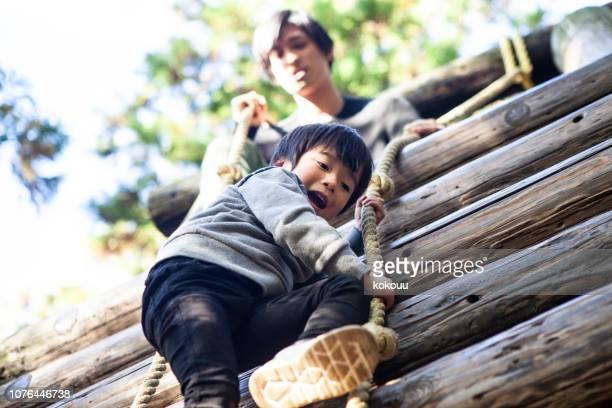 子供たちはアスレチック遊具などを楽しんでいます。 - ジャングルジム ストックフォトと画像