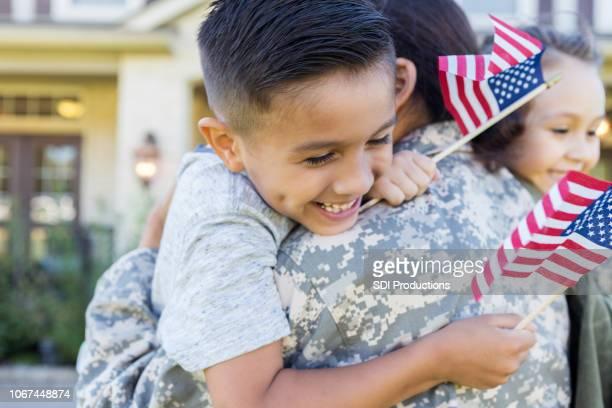 los niños están encantados de reunirse con la mamá de ejército - devolución del saque fotografías e imágenes de stock
