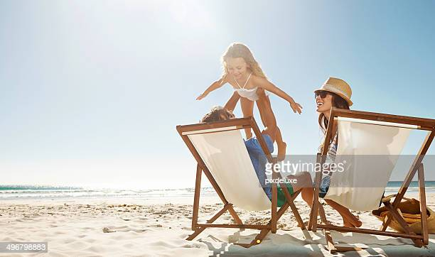 los niños son valiosos regalos envía desde el cielo - playa fotografías e imágenes de stock