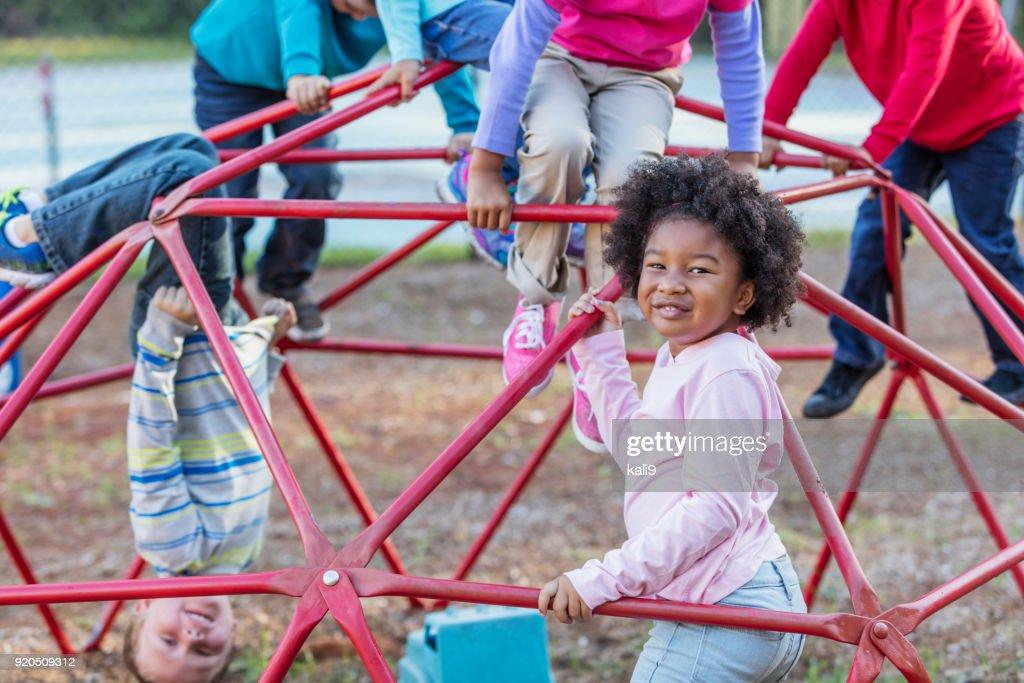 Little Monkey Klettergerüst : Kinder am spielplatz spielen auf klettergerüst stock foto getty