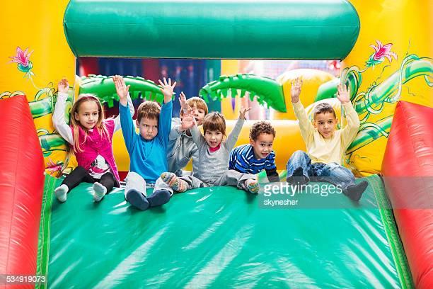 Kinder im Spielzimmer vergnügen.