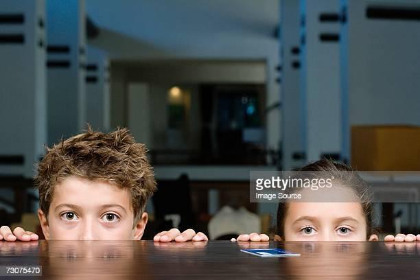 Enfants au comptoir de la réception
