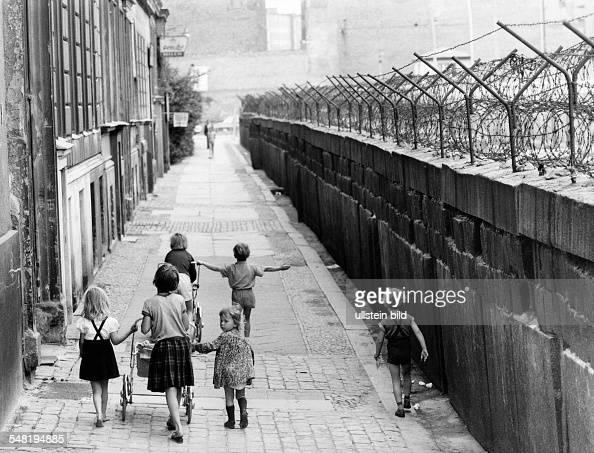 children at the berlin wall on sebastianstrasse berlin kreuzberg around 1964 pictures. Black Bedroom Furniture Sets. Home Design Ideas