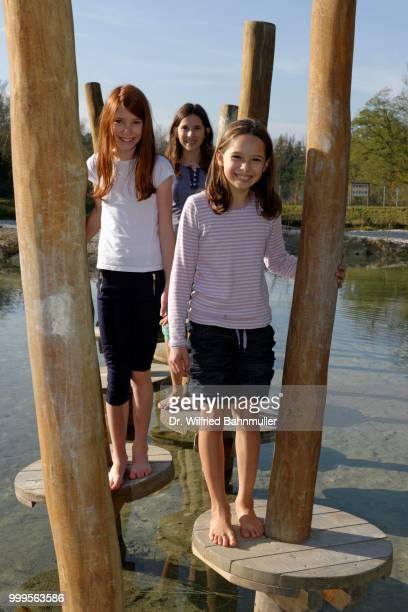 children at the erlebnispark wasser fisch natur adventure park, at murner see lake, near wackersdorf, upper palatinate lake district, upper palatinate, bavaria, germany - natur photos et images de collection