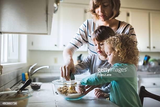 Niños hornear galletas con mamá