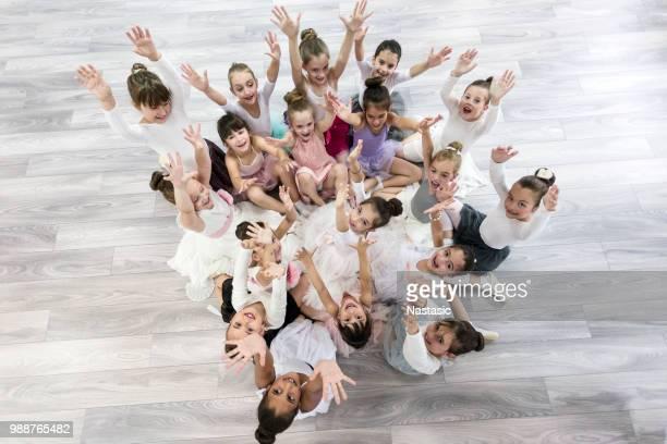 kinder ballerinas mit armen angehoben nachschlagen - 8 9 jahre stock-fotos und bilder
