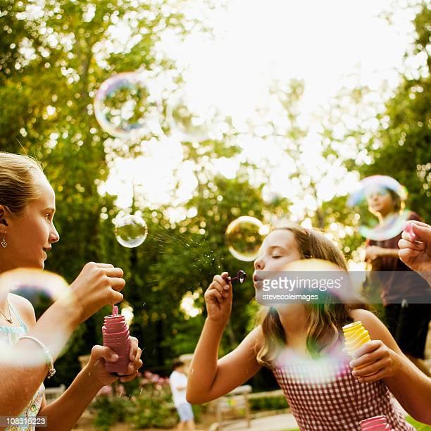Kinder Blasen Blasen im Park