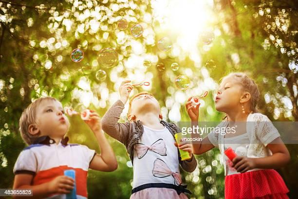 Niños Soplando burbujas