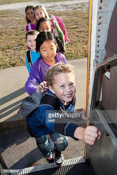 Les enfants de l'école en bus embarquement