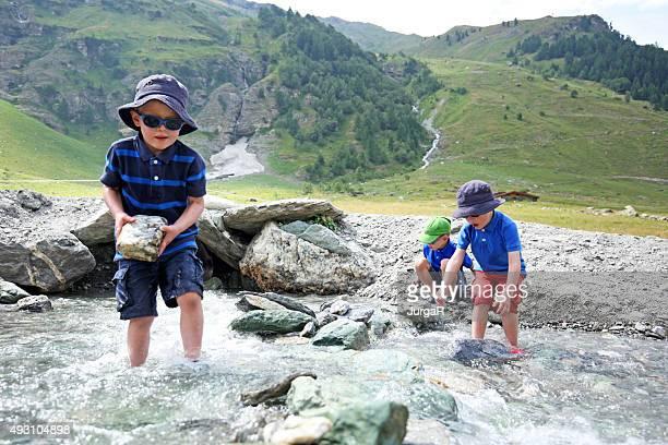 お子様の建物、川ダムのスイスの山々