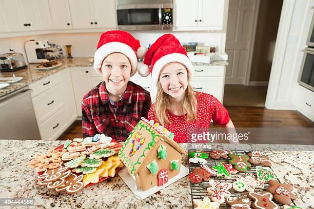 Kinder-Gebäude und dekorierte Weihnachten Ginerbread House Cookies