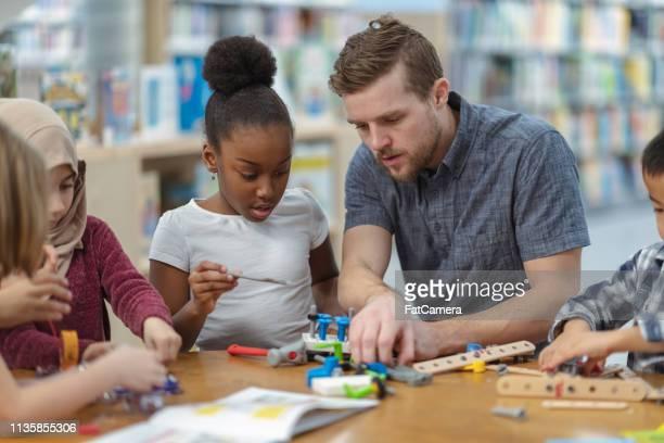子供たちが回路をつくる - stem教育 ストックフォトと画像