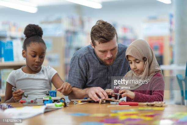 children building circuits together - state school stock pictures, royalty-free photos & images