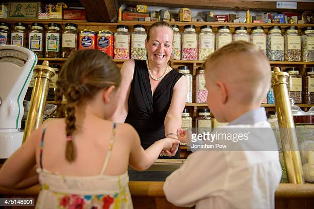 children buying sweets from traditional sweet shop - indipendenza foto e immagini stock