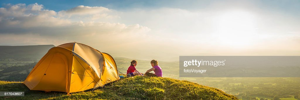 Enfants faire du camping sur estivale idyllique montagne panoramique coucher de soleil de feu : Photo