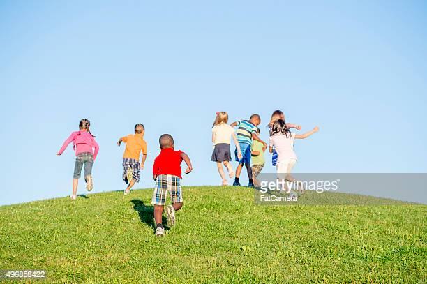 Crianças que persegue cada uma colina