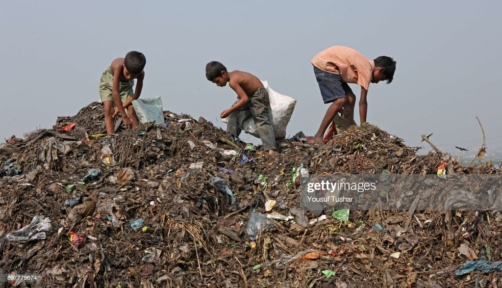 Children collect rubbish for resale. At the end of the day,... : Fotografía de noticias