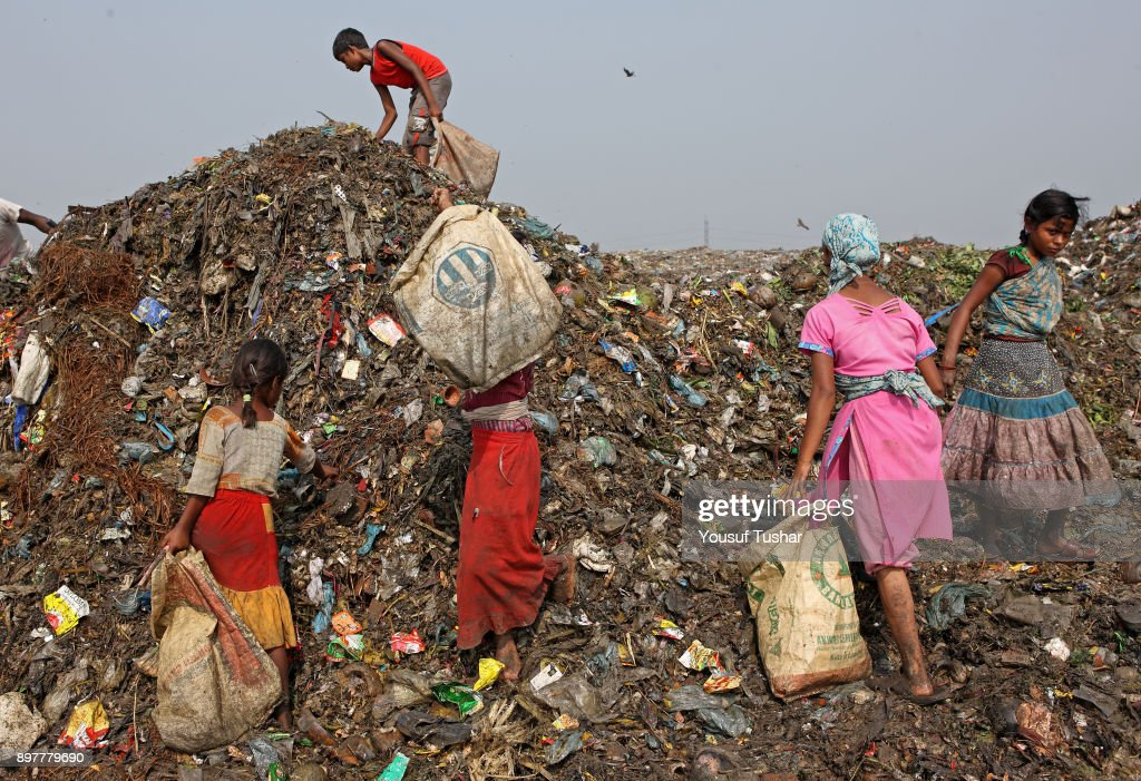 Children collect rubbish for resale. At the end of the day,... : Foto jornalística