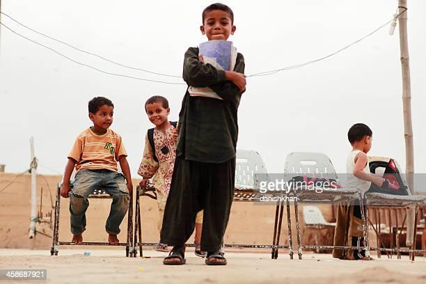 kinder in die schule zu abend in lyari, karachi - pakistan stock-fotos und bilder