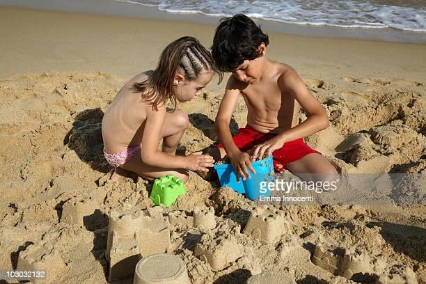 children concentrated in building sand castle - petite fille culotte photos et images de collection