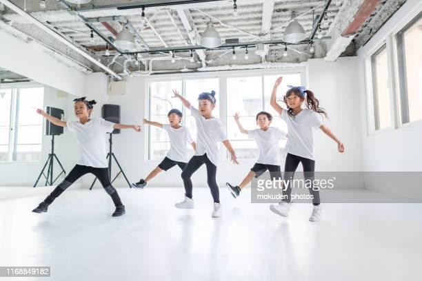 ダンススタジオで踊る子供のダンサー - ダンス ストックフォトと画像