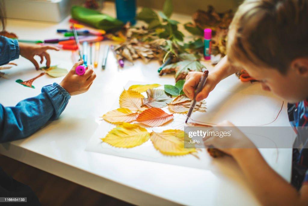 Enfants faisant l'artisanat d'automne : Photo