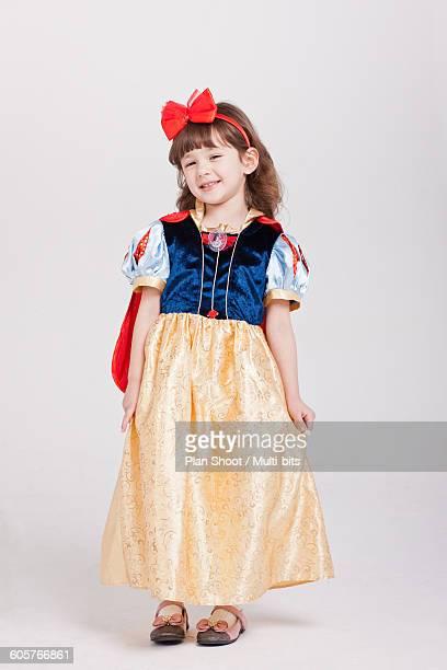 children dressed in snow white clothes - snow white imagens e fotografias de stock