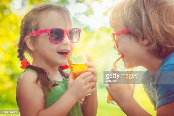 ジュースを飲む子どもたち
