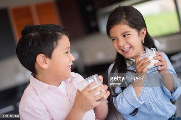Kinder trinkt Milch