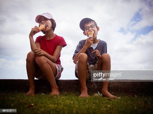 children eating ice cream cones - india summer fotografías e imágenes de stock