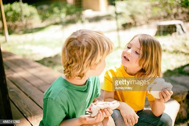 Los niños disfrutan del almuerzo juntos