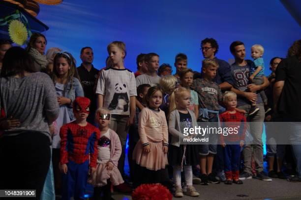 kinderen-gebeurtenis - religieuze dienst stockfoto's en -beelden