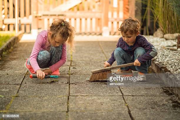 children garden work