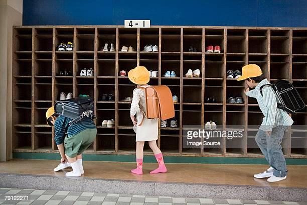 子どもたちは彼女の靴