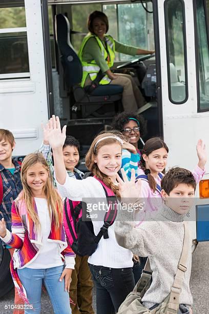 Niños para llegar en autobús de colegio