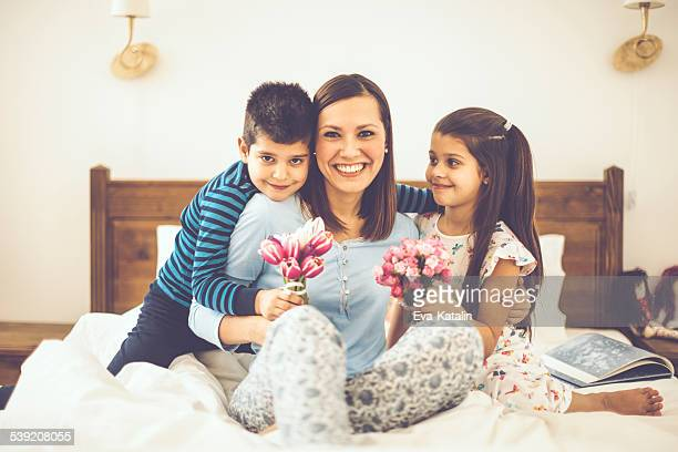 Kinder gibt Blumen zu Ihrer Mutter auf die Mother's day