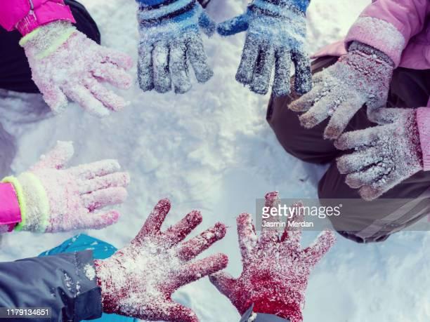 children hands in snow - handschoen stockfoto's en -beelden