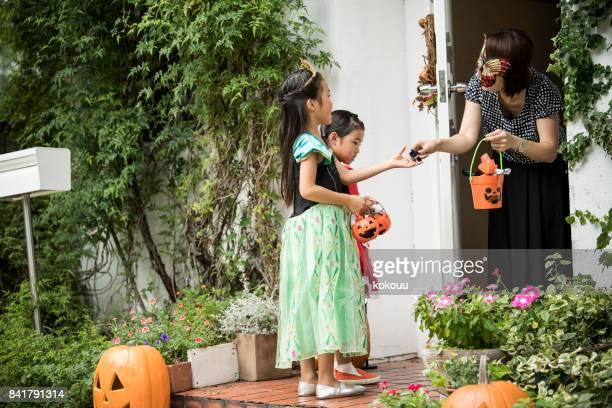 子供たちは様々 な家の周りのお菓子を持っています。