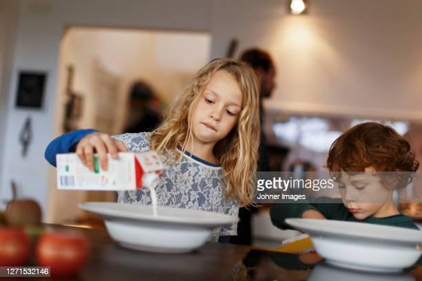children having breakfast - milk carton - fotografias e filmes do acervo