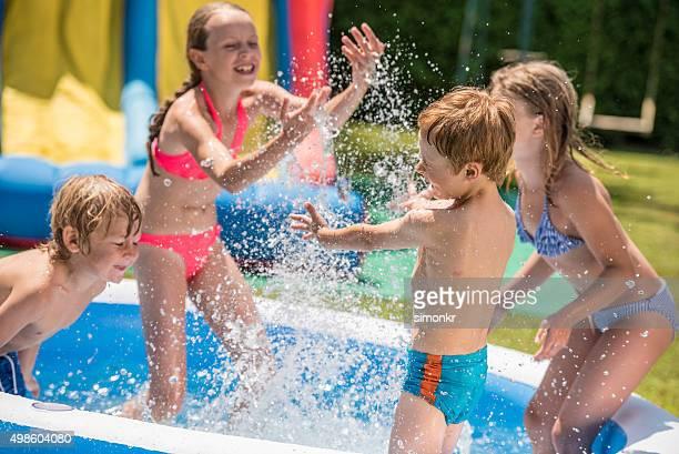 Kinder haben Spaß im Planschbecken